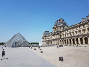Book a hotel room near the Louvre Museum