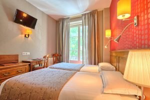 How much does a hotel cost for a weekend in Paris Center